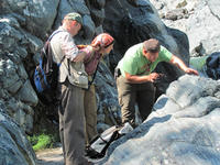 Kennet discusses veins and layering in the El Tambor formation. Credit: © J. Newman