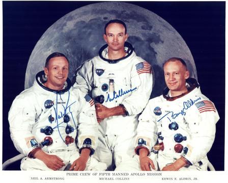 """Ο Neil Armstrong, ο Michael Collins και ο Edwin """"Buzz"""" Aldrin θέτουν για ένα πορτραίτο που φορούν τα κοστούμια τους χωρίς τα κράνη τους. Ο Ντιλ Άρλστρονγκ, ο Μιχαήλ Γ"""